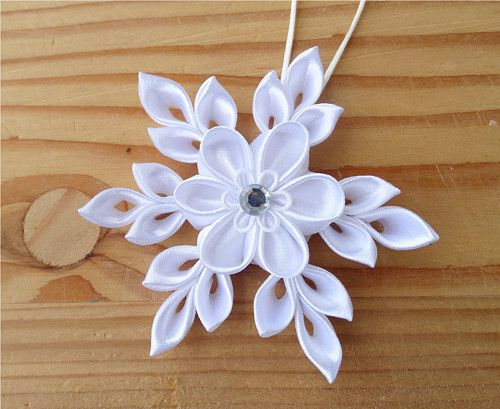 Beautiful Kanzashi snowflake! (Have to figure it out...no instructions)