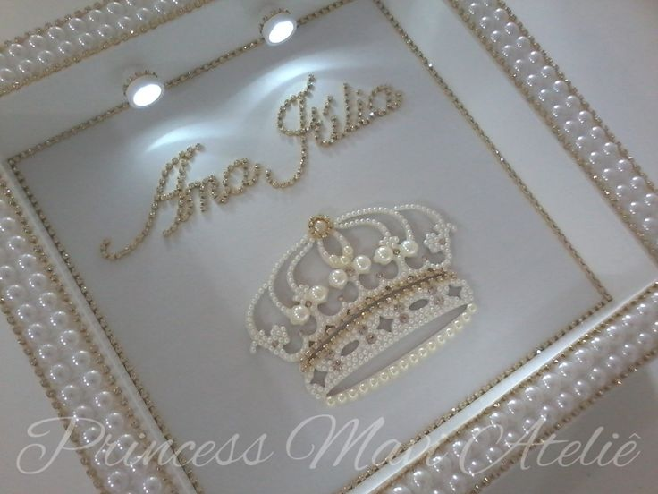 Enfeite de maternidade. Sofisticação e elegância na escolha do enfeite para a porta de entrada da pequena princesa que esta pra chegar. Enfeite com perola (branca ou marfim), strass (dourado ou prateado) e cristais personalizam a peca. Acabamento com opções de modelos: coroa finalizada em mini perolas e cristais, sapatilha de cetim (branca, marfim, rose, rosa, lilas ou dourada), sapatilha em linha (branca) ou linda bailarina sentada ou com as pernas cruzadas finalizadas em mini perolas e…