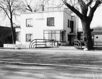 Catalogusnummer: 94304Beschrijving: Gezicht op de linker- en voorgevel van de villa Johanna (Utrechtsestraatweg 9) te Nieuwegein uit het oosten.Datering: 1/4/1988-30/4/1988Vervaardiger(s): Rijksarchief Utrecht