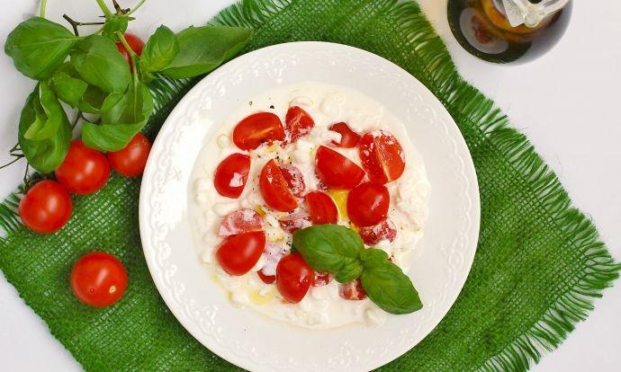 Salát z rajčat a sýru cottage