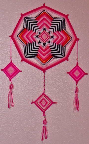 Móbile de parede, tecido com lã acrílica sob varetas de bambu. Mandala principal medindo 40x40cm e mandalinhas 10x10cm.  A mandala de 8 pontas traz a energia de realização daquilo que está somente nos nossos desejos.   As nuances de rosa transmitem a doçura e afeto, intercalados com a firmeza e constância do preto.  Ao ofertar para uma criança, estimulamos que ela consiga ser perseverante em seus sonhos e capaz de construir um caminho frutífero com eles.