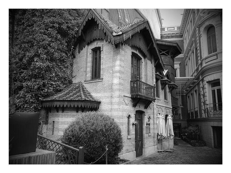 La casa como de.cuento que hay en.la terraza del Palacio de Linares.