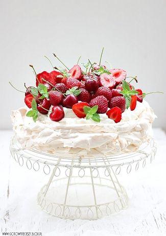 Pavlova to jeden z moich ulubionych deserów. Lekka beza która idealnie komponuje się z kremem z bitej śmietany i serka mascarpone oraz z letnimi owocami. Pomimo