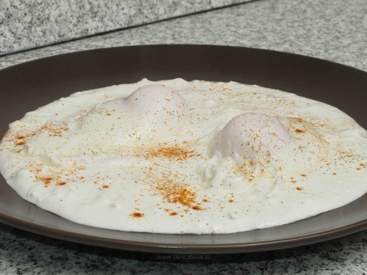 Ouă poșate pe strat de brânză și smântână