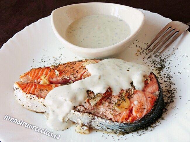 Salmón a la plancha con salsa de queso roquefort