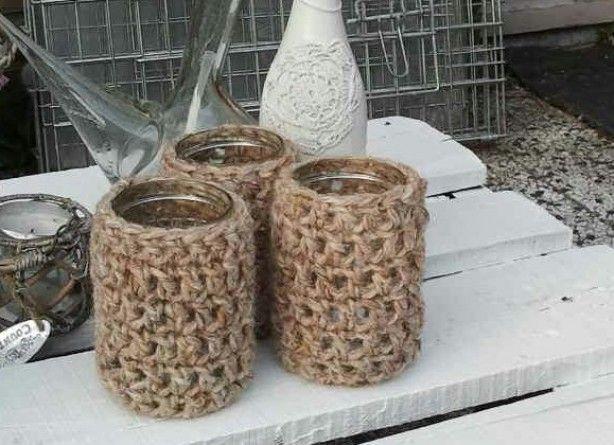 gehaakte hoesjes van schapenwol om oude glazen potjes.