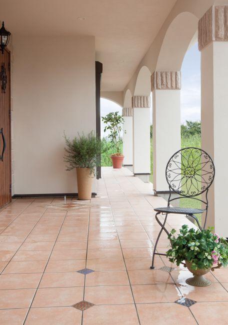 アーチラインが美しいヨーロピアンタイルの玄関テラス。床に貼った小さなヴィンテージタイルが、広いテラスを引き締めています。|テラス|デザイン|ナチュラル|タイル|アーチ|インテリア|