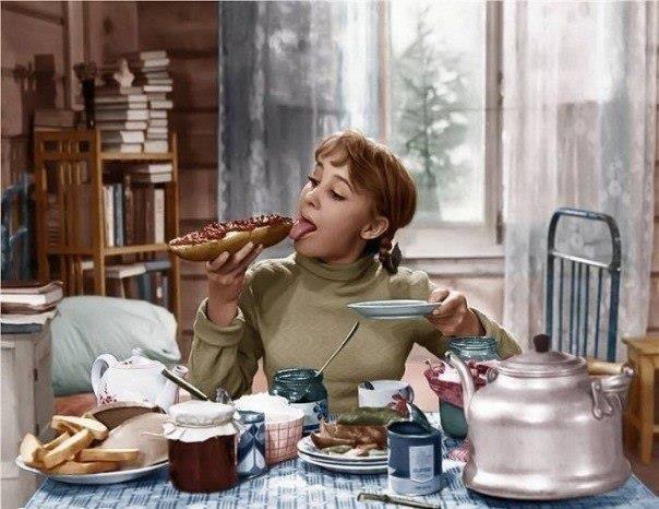 А я вот никогда замуж не выйду, правда, мам Вер? Одному ведь лучше, хочу — халву ем, хочу — пряники.    © Девчата