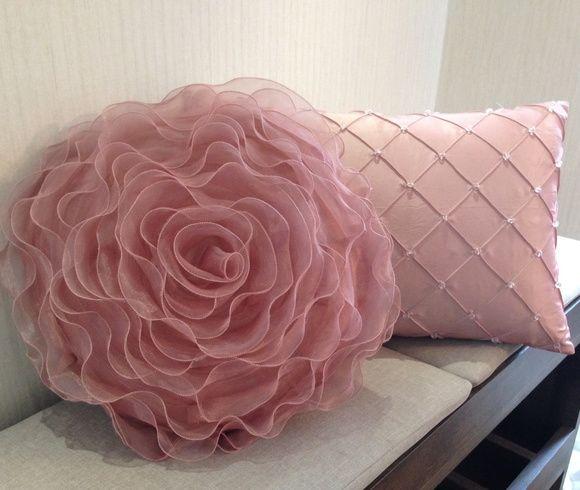 Almofada de flor de organza e almofada de cetim bordada com pequenos cristais,acabamento com zíper invisível enchimento com fibra siliconada revestida em TNT .