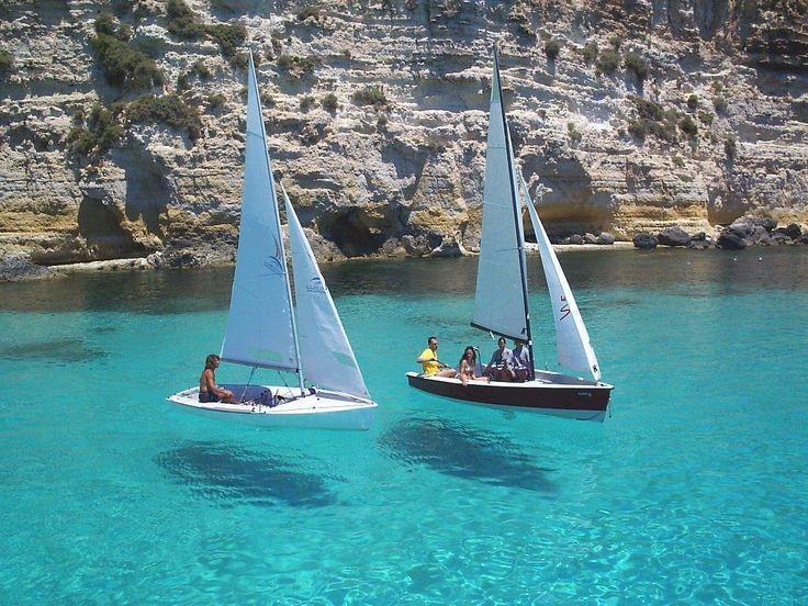 http://find-travel.jp/article/2876/3 25.ランペドゥーザ島(イタリア) 地中海に浮かぶイタリアの小さなリゾート島「ランペドゥーザ島」。あれっ!?ヨットが宙に浮かんでいる?透明度が高すぎてそのように見えるのです。なんとも不思議な世界ですね。