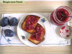 Una composta di prugne leggera, tanto buona e genuina: solo frutta e pochissimo zucchero. Si prepara in poco tempo ed è ideale anche per farcire i dolci.