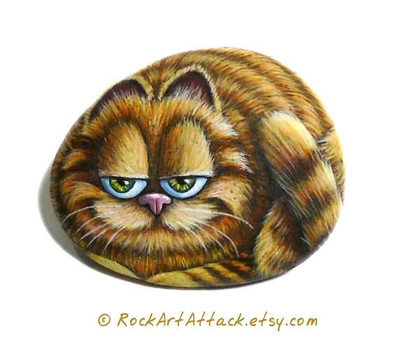 The most beloved cat Garfield Hand painted on pebble! ☛ You can decide if you like to have a glued magnet on the back of the stone for decorate your refrigerator or without magnet, make your choice before purchase this painted pebble. Garfield known for his laziness, obsessive eating