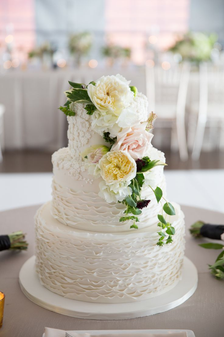 Cristina G Photography. Vale Of Enna flowers. Amy Beck Cake Design. Galleria Marchetti. Rose. Garden Rose. Scabious. White, Pink, Black, and Green. Cake. Chicago Wedding.
