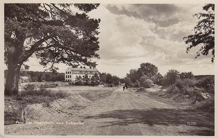 Täby - Viggbyholm, Vägmotiv med folkskolan 1945.jpg