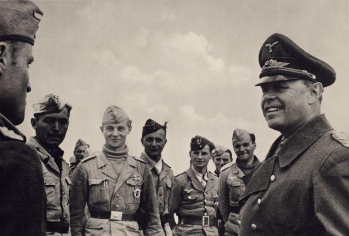 Generalfeldmarschall Kesselring talking to NCOs and crewmen of Luftwaffe in North Africa, March 1942.