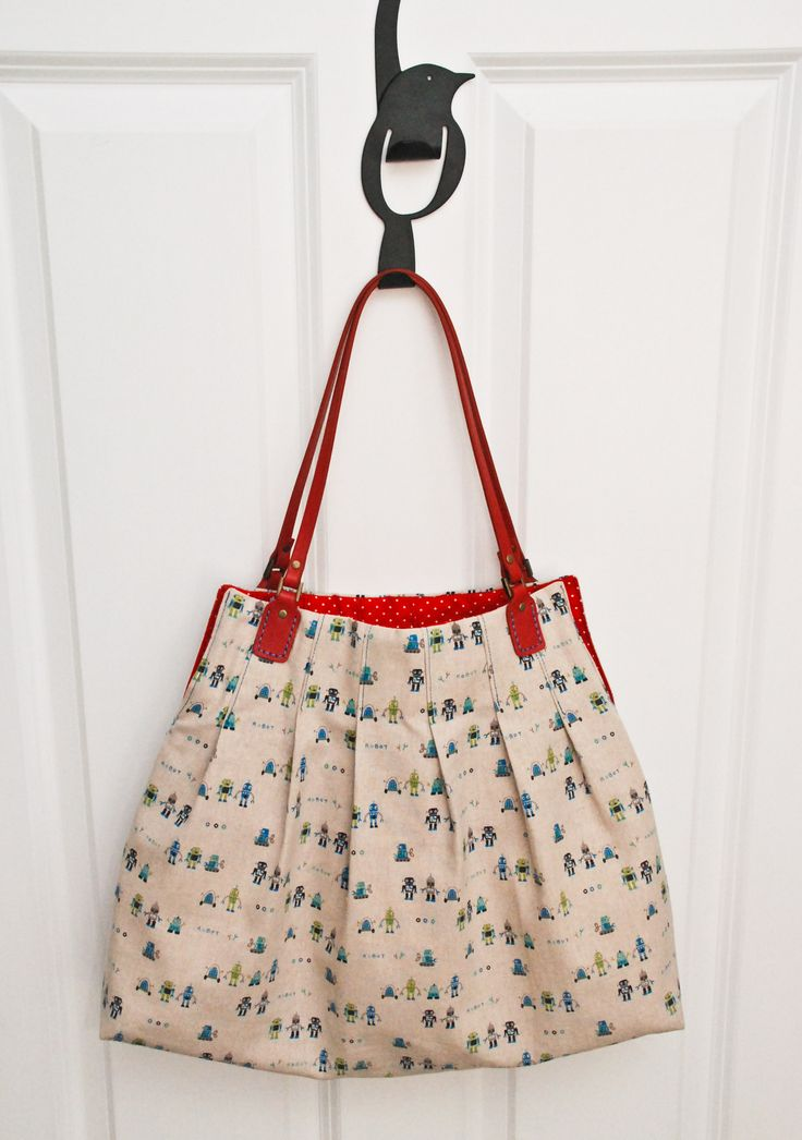 This is a free bag pattern. I'd love to make it, need to find similar handles. I already have the fabric.