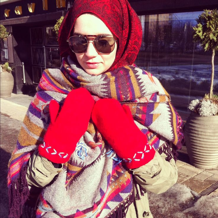 I love the scarf around her chest and her red gloves. This hijab outfit lookss cute and feels so warm in my eyes  :D