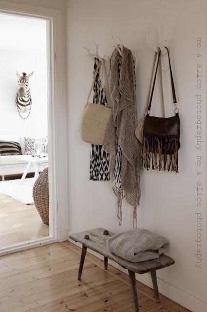 Entrée simple et dans l'air du temps - murs blancs et parquet clair, porte-manteaux façon bois de cerf, un banc vieilli. #entrance