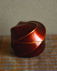Urushi lacquer tea caddy by Kuroda Tatsuaki (1904–1982) Japan 黒田辰秋 白檀四稜茶器