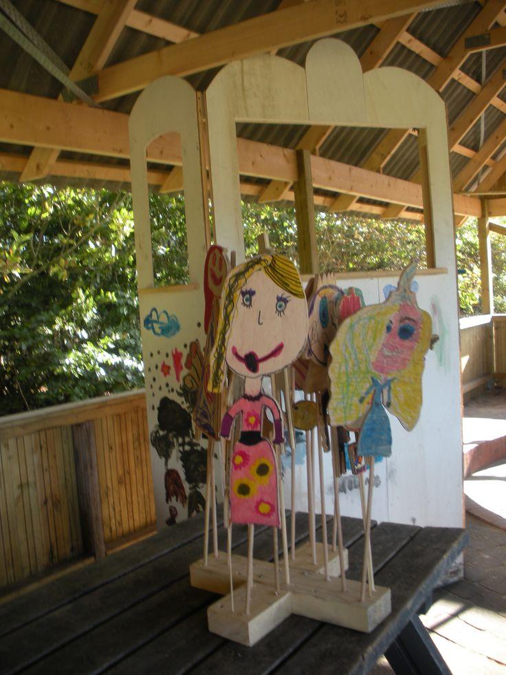 Dukker tegnet og malet af børnene i SFO.