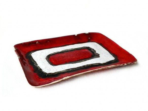 Prostokątna patera ceramiczna | talerzyk dekoracyjno-użytkowy  Wykonana z gliny, pokryta błyszczącym szkliwem. Utrzymana w tonacji czerwono-białej. Kolory użyte są intensywne i rzucające się w oczy. Będzie pasować w kuchni jak i w salonie. Sama w sobie stanowi element dekoracyjny dla domu.  Świetny pomysł na prezent.  Wyprodukowana w jednym egzemplarzu. 100% handmade.  Każdy przedmiot wykonywany jest ręcznie. To dzięki temu masz pewność, że dostaniesz wyjątkowy i niepowtarzalny produkt.