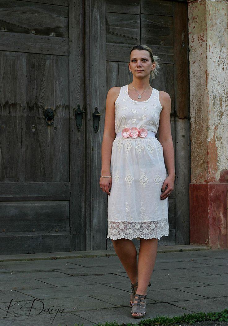 Romantický květinový pásek Pás je vyrobený z ručně poskládaných zatavených lístků saténu meruňkové barvy, pečlivě přišito na kvalitní saténové bílé stuze. Je to ideální doplněk jednoduchých, romantických šatů, ale netradičně oživí i košili, či sako. Velice krásně doplní i svatební šaty, stejně tak je vhodný na těhotenské focení. Vzadu se zavazuje na ...