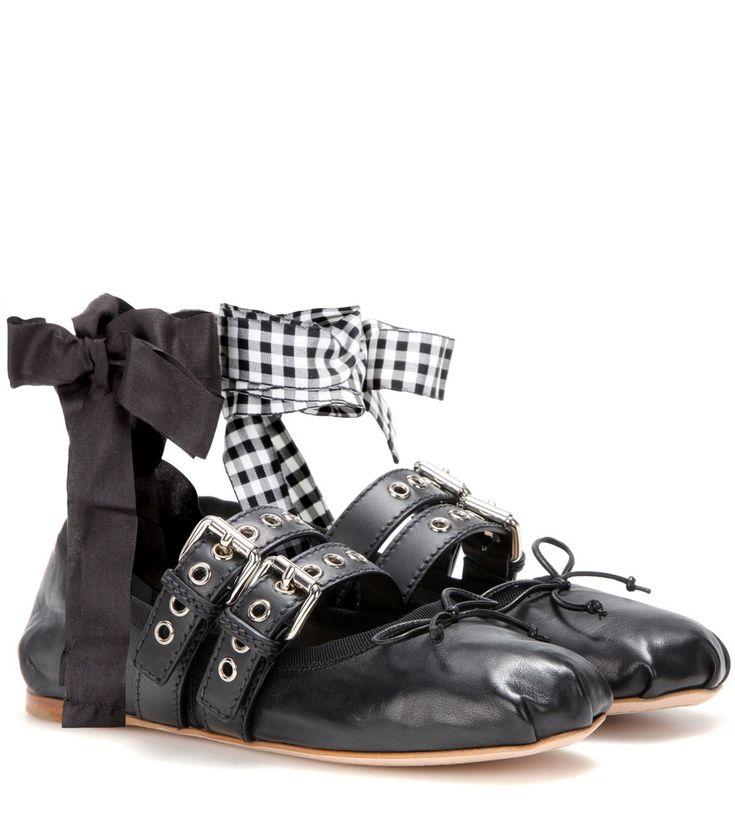 Miu Miu - Ballerinas aus Leder - Miu Miu gelingt es bei seinem jüngsten Schuhmodell, mädchenhaften Charme mit einer Prise Coolness zu verbinden. Diese in Italien gefertigten Ballerinas sind neben einer Schleife mit schwarzen Riemen samt silberfarbener Metallösen versehen. An der Zehenkappe und Ferse ist das butterweiche Lammleder dezent eingeschlagen, was an klassische Tanzschuhe erinnert. seen @ www.mytheresa.com