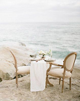 Must have свадебной фотосессии 2015: Стол для двоих на фотосессиии - The-wedding.ru