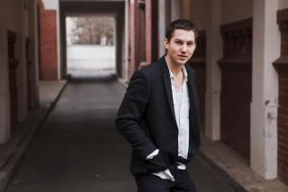 Bekommt oft Post von Fans der Serie, die ihm ihre eigenen OP-Bändchen schicken: Tim Oliver Schultz