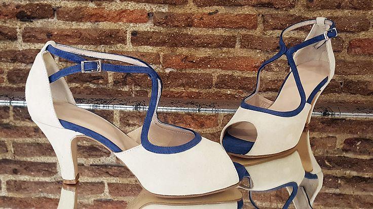 Modelo hecho en ante beige y ante azul marino.
