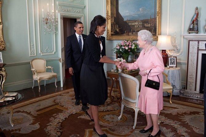 Obamovci nastretnutí skráľovnou Alžbetou.