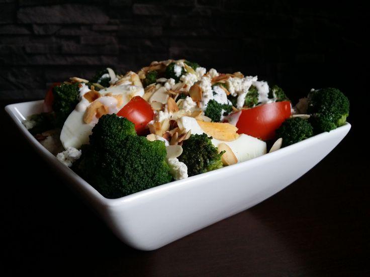 Bezglutenowa, sycąca i bardzo prosta w przygotowaniu sałatka. Idealny lunch dla tych, którzy nie mają możliwości podgrzania posiłku będąc poza domem np. w pracy czy w podróży. Znakomicie sprawdza się także na różne okazje a w sezonie letnim podczas grillowania. Składniki: • 1 brokuł • 3 jajka •