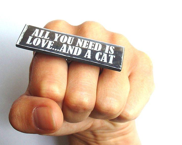 Grande bague coup de poing américain All You Need Is Love... and a Cat pour folle aux chats : Bague par barking-king