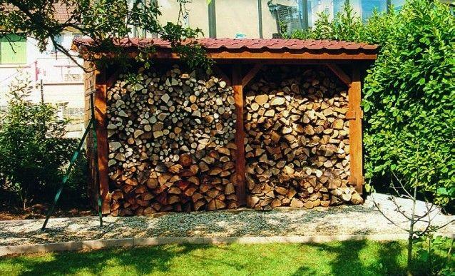 un abri pour stocker le bois. Black Bedroom Furniture Sets. Home Design Ideas