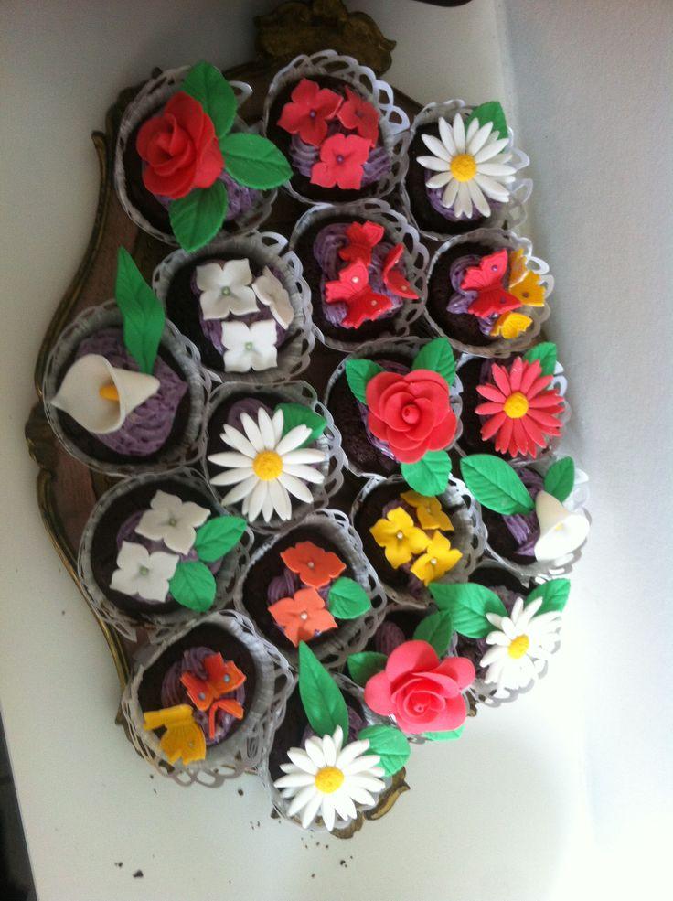 Chokolade cupcakes med blåbærmousse på toppen til Frejas barnedåb. pyntet med fondant-blomster.
