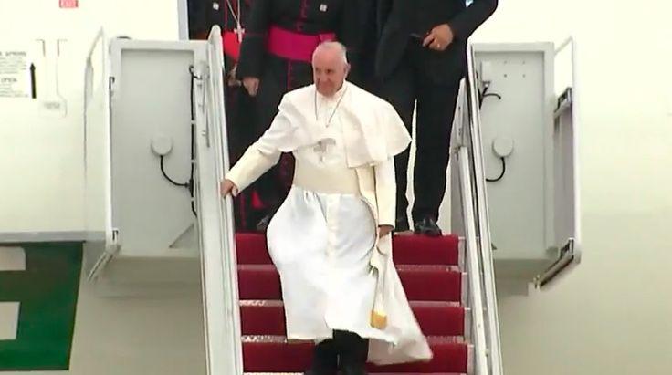 El Papa Francisco llegó esta tarde hacia las 3:49 p.m. (hora local), a la Base Andrews de la Fuerza Aérea en Washington D.C., en la primera visita que realiza en toda su vida a Estados Unidos. A su llegada fue recibido por el presidente Barack Obama, su esposa y sus hijas.