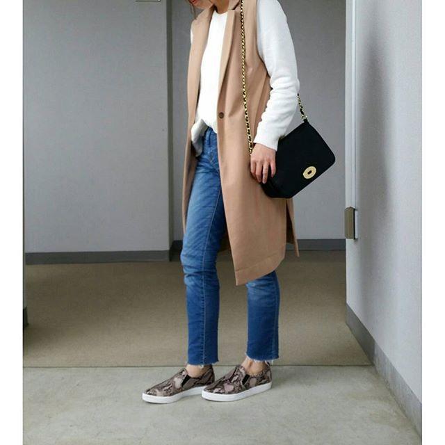 ui.uiir☀☀☀ + #今日の服 .…#全身gu でした! 靴もバッグも見事に(笑) + こないだうっかり#ジーユー で お買い物したのがこの#ジレ と #パイソン スリッポンです この#ロングテーラードベスト 、 カットソー素材とのことで賛否両論ありますが、 私は買ってよかったです♡ 決して安っぽくないし、 カットソーが逆に羽織りやすくて 動きやすくてぴったりでした♡ 丈も合格だしスリット入りなとこも お気に入りです + #ootd#ootd_kob @web_kob#coordinate#今日のコーデ#ママコーデ#ママファッション#プチプラコーデ#プチプラ高見えコーデ#カジュアルコーデ#シンプルコーデ#着回し#ビュースタグラマー#kurashiru#locari #hotmamatown#スナップミー#ponte_fashion #sakuraママ#gumania +