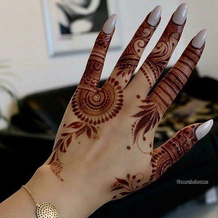 "(@allthingshenna_) on Instagram: ""❤️ @henna_nurahshenna #henna #mehndi #whitehenna #wakeupandmakeup #zentangle #boho #monakattan…"""