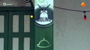 """Afl. 7 - opdracht 3 - Tijdens het hele seizoen komen er opvallend veel kruizen in beeld. Dit keer als wieken in het logo van """"restaurant Molini"""""""