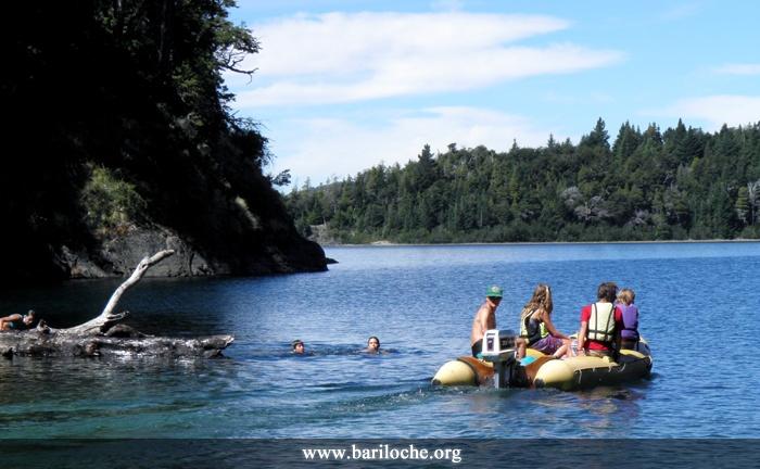 Uno de los lugares con paisajes más paradisíacos de Bariloche: Bahía López, rodeado de montañas y bosques, dentro del parque municipal Nahuel Huapi | Foto: www.bariloche.org