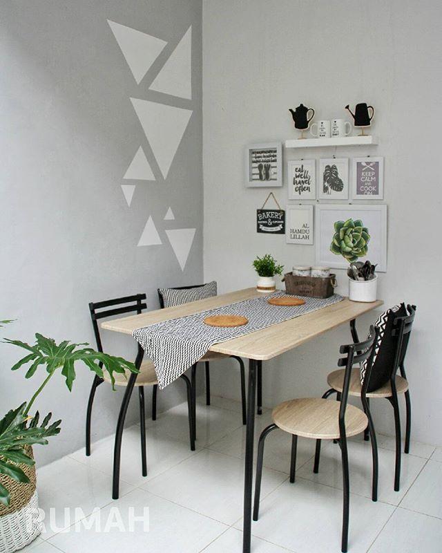 Mempertimbangkan ukuran furnitur sangat penting ketika mendekorasi ruang. Termasuk memilih ukuran meja makan. Dengan ukuran meja yang pas, ruang makan mungil pun bisa tetap leluasa. . Jangan lupa sarapan pagi ini ya sahabat RUMAH. Selamat beraktivitas! . #tabloidrumah #rumah361 #rumah #diningroom #kitchen #furniture #interior #compactdesign #interiordesign #homeinspiration #desainrumah #kitchenideas #kitchendesign #dapur #cozyroom