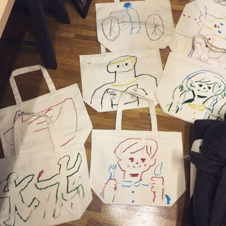 """""""明日(12/17)ターナーギャラリー@turner_gallery さんで催されるアートフリマに参加します。トートバッグ売ったり絵を描いたりして過ごそうと思います。トートはどれも布クレヨンで描き下ろした一点物です。早い者勝ちですので悪しからず。よろしくお願いします♂️"""""""
