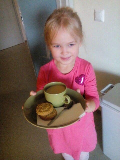 Noelle vie Tellervo-mummolle kahvit. ☺