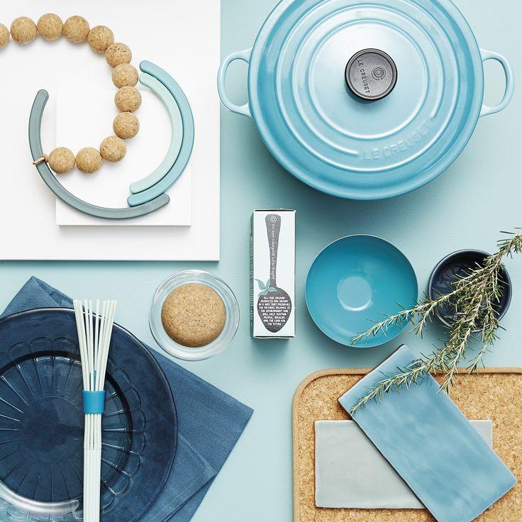 Tone-i-tone fra tusmørkeblå til turkis. Giv dit hvide køkken karaktér med tone-i-tone i nuancer, der kredser om samme farve og bryd det blå med et naturligt materiale som fx kork. Se stylistens tips på www.jke-design.dk