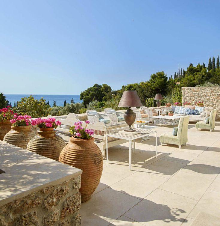 La terrasse qui entoure la maison offre un grand salon de jardin avec un panorama dégagé sur la mer et la piscine située en bas