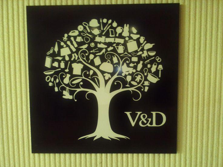 Dit is het logo van de v Doordat zij dit logo al langere tijd als huisstijl hebben, is het een bekend logo dat door vele snel wordt herkent als 'de boom' van V.