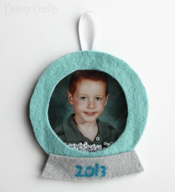 Felt Snow Globe Picture Ornament -  Shake it up and it snows! I LOVE THIS! http://www.cutesycrafts.com/2013/12/felt-school-picture-ornament.html