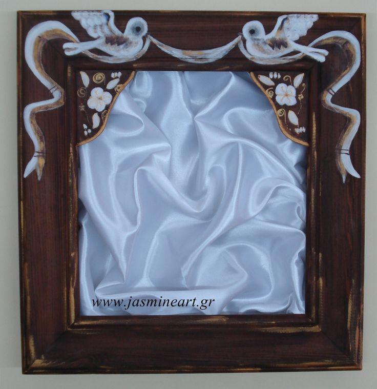 Στεφανοθήκη Περιστέρια  Ξύλινη χειροποίητη ζωγραφιστή.Διαστάσεις: πλάτος 31 ύψος 33. Τιμή: 89.00€