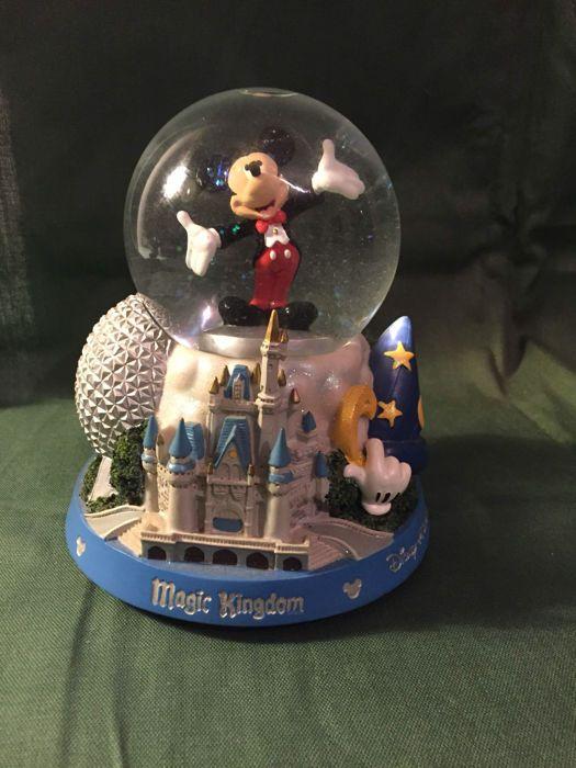 """Disney Walt - Sneeuwglobe met muziek - Mickey Mouse (jaren '80/'90)  Dit bijzondere object komt uit Walt Disney World Florida De staat van deze sneeuwbol / muziekglobe is in uitmuntende staat! Sneeuwbal / globe met mickey mouse Speeldoosje met de melodie van """"It's a Small World""""Deze sneeuwbal laat alle parken (Magic Kingdom - Epcot Centre - Animal Kingdom - MGM studios) uit Walt Disney World Florida zien.Hoogte 16CMDoorsnee onderkant 13CM Het wordt verzonden met track en trace En daarbij…"""