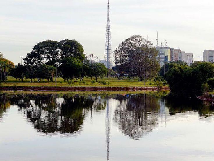 Em Brasilia, a temperatura neste sábado pode chegar a 30°C | O céu segue claro e parcialmente nublado durante o dia | A umidade relativa do ar pode variar de 30% a 70%, neste sábado (10/01/2015) e, segundo o Instituto Nacional de Meteorologia, a temperatura deve variar de 18°C (mínima) e 30°C (máxima), do nascer ao pôr do sol